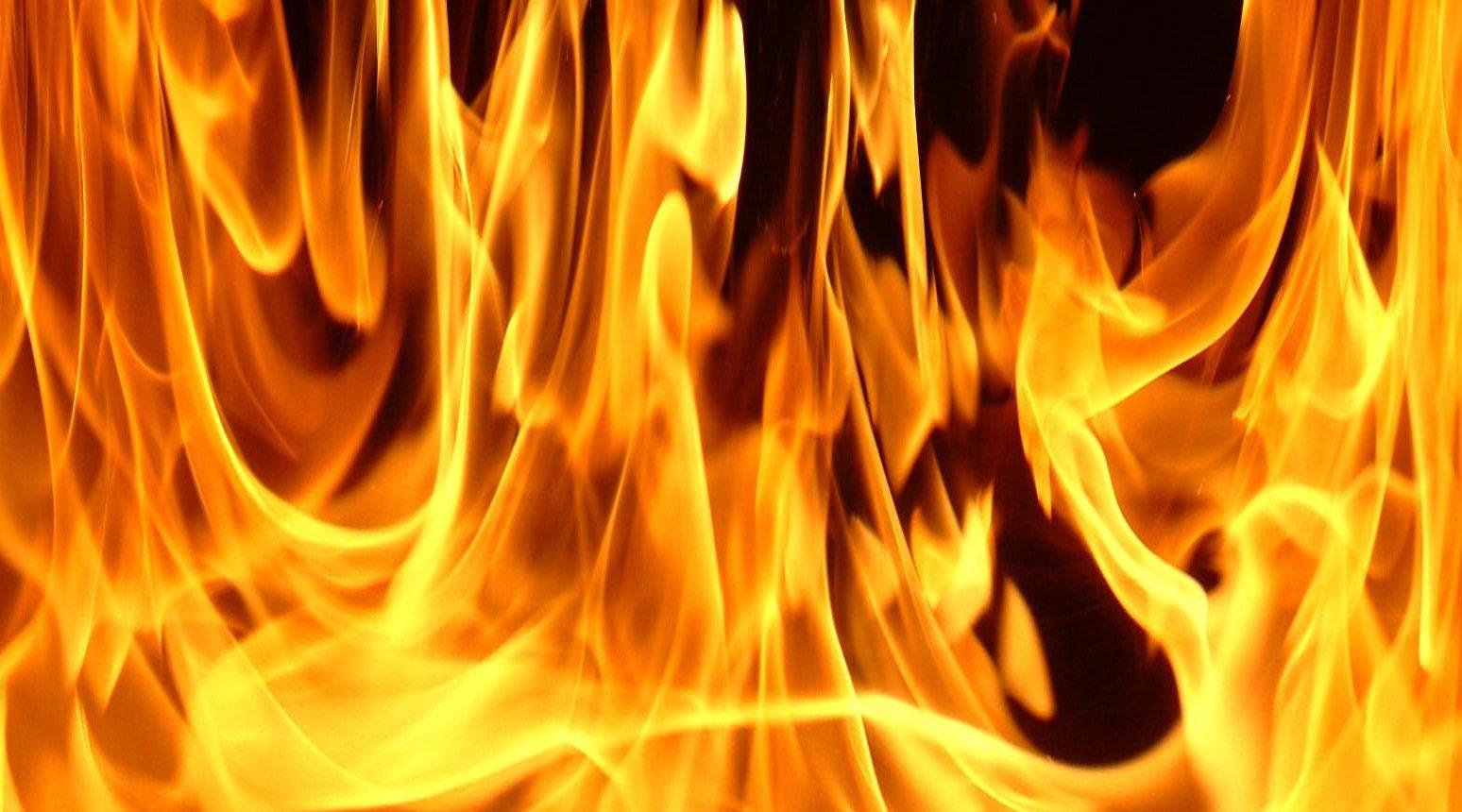 un barbat din gura humorului si-a incendiat tatal