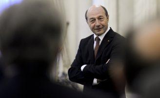 """Băsescu îl pune la zid pe Iohannis: """"Păcat că nu l-au ţinut brăcinarele să fie Preşedinte"""""""