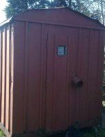 Scule electrice furate dintr-o baracă asigurată cu lacăt