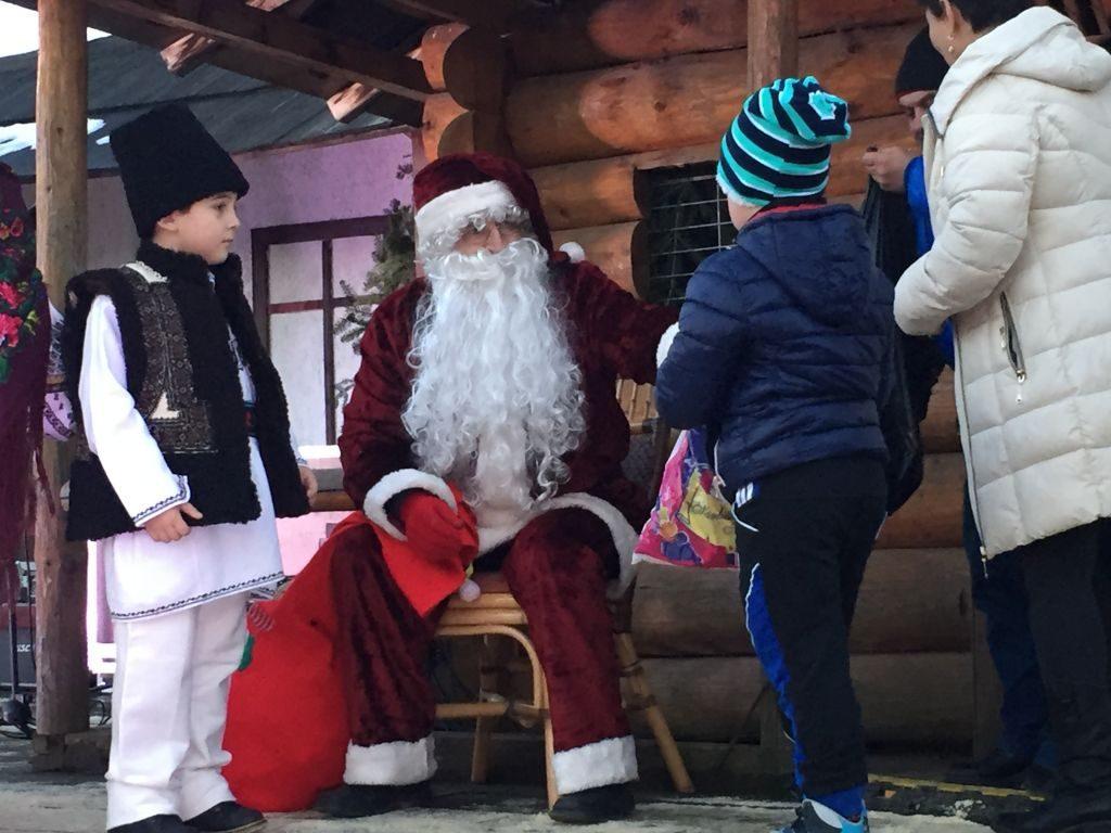 """Copiii prezenți au primit daruri de la """"moșul"""""""