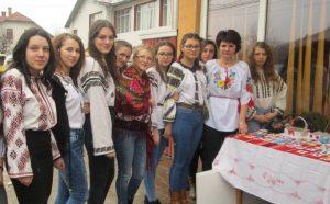 Elevii liceului, alături de Laura Șutu, organizatorul acestui târg