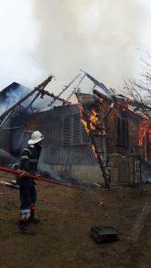 Acoperişul casei a ars pe o suprafață de 60 de metri pătraţi