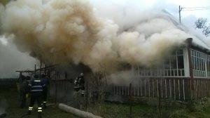 Intervenția pompierilor a fost îngreunată datorită materialelor combustibile din componenţa construcţiei locuinţei