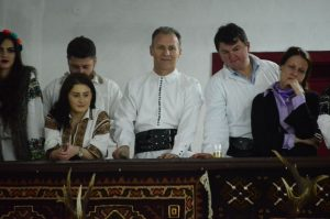 Artistul, la balconul căminului, pentru a putea admira dansurile din Bucovina