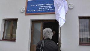 Eugenia Tarca dezvelind placa inaugurala a scolii Gheorghe Tarca