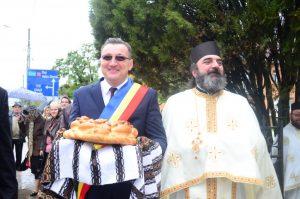 Primarul comunei l-a așteptat pe ÎPS Pimen cu pâine și sare