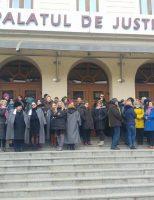 Grefierii suceveni au protestat în fața Palatului de Justiție