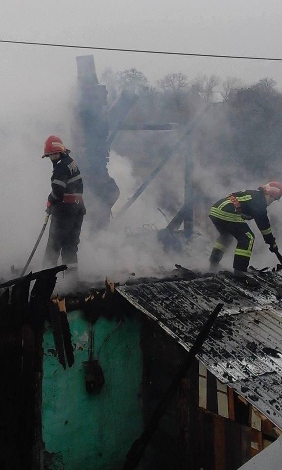 Acoperiș distrus de flăcări la o gospodărie din localitatea Clit