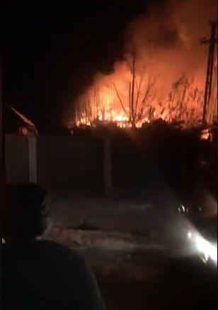 O casă de vacanță a fost mistuită de flăcări la Dolhasca