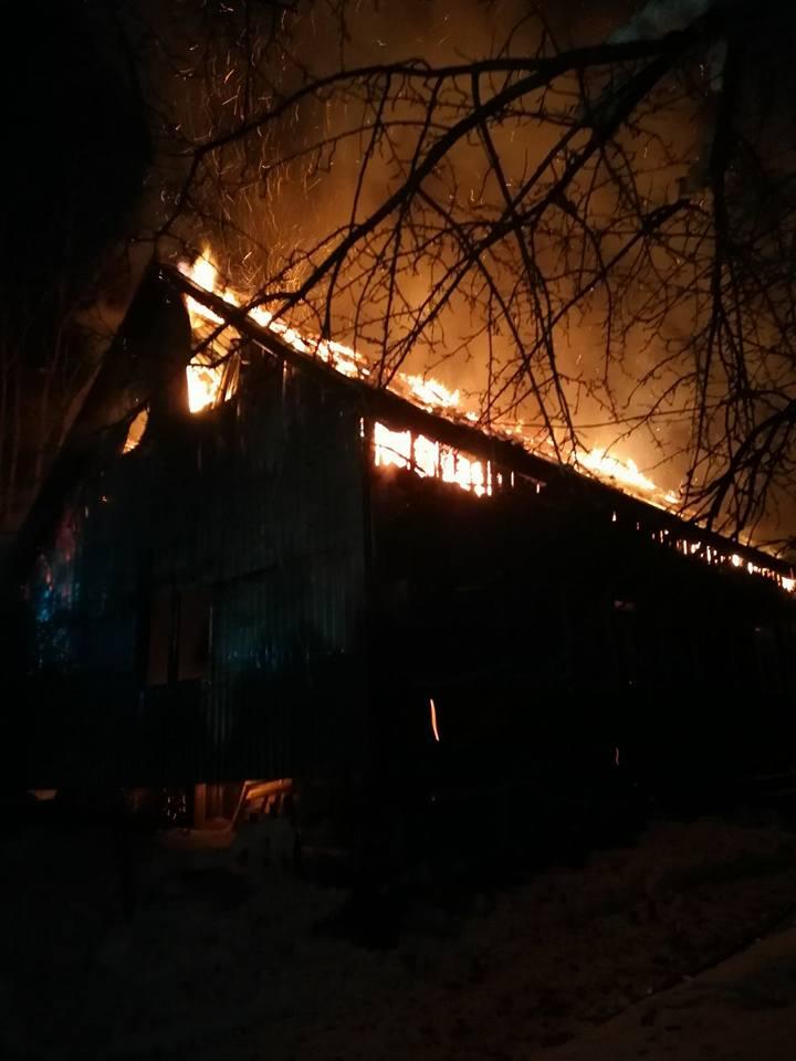 Flăcări puternice la o gospodărie din localitatea Grănicești
