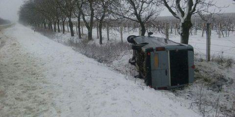 Un sofer din comuna Rădășăni a ajuns cu microbuzul în șanț