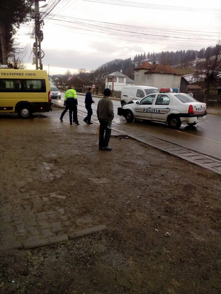O autospecială de poliție a lovit un microbuz școlar, la Bucșoaia