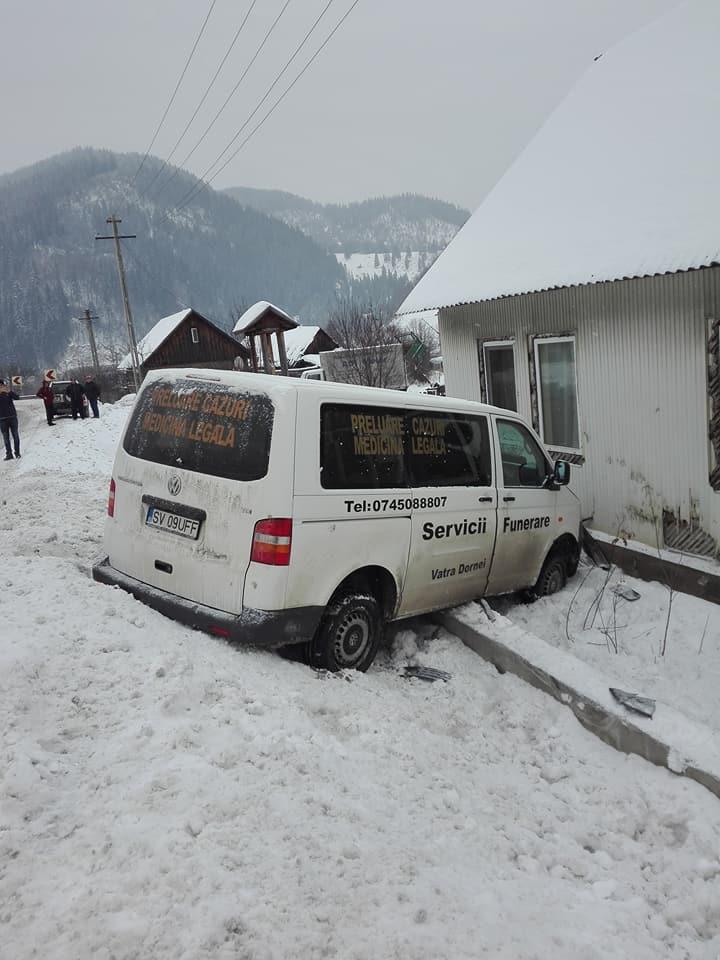 O mașină de servicii funerare s-a izbit de peretele unei locuințe din Vama