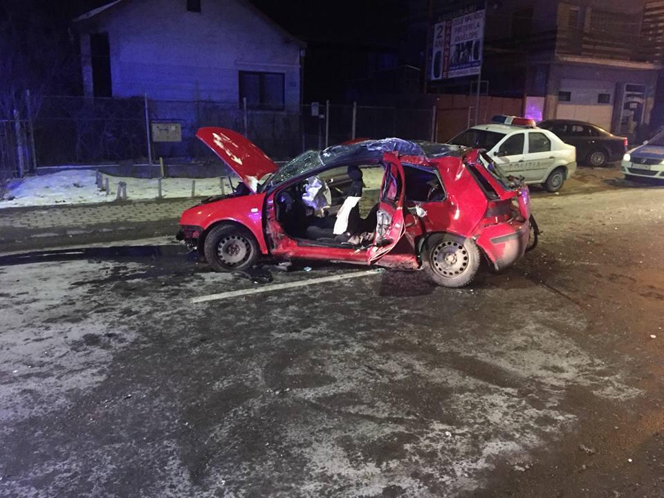Autoturism intrat într-un stâlp, pe strada Gheorghe Doja
