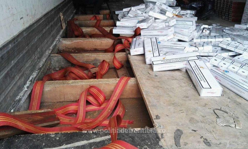 Polițiștii de frontieră suceveni au descoperit 53 de baxuri cu țigări în remorca unui camion