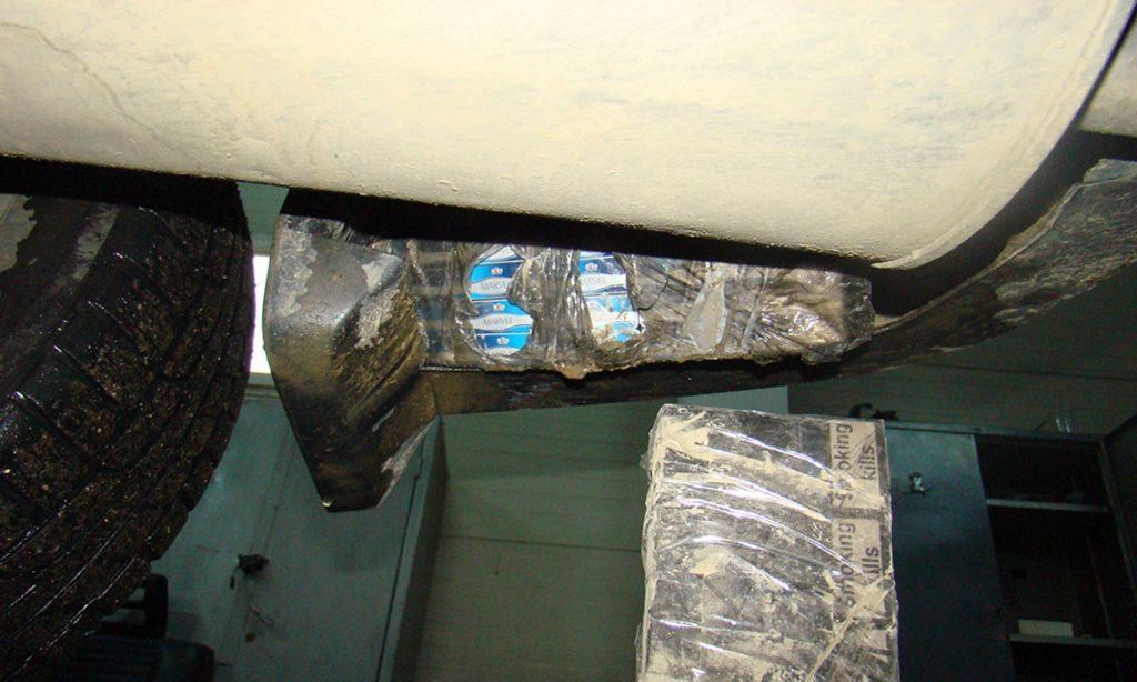 tigari ascunse în barele de protecție, în semiaripi