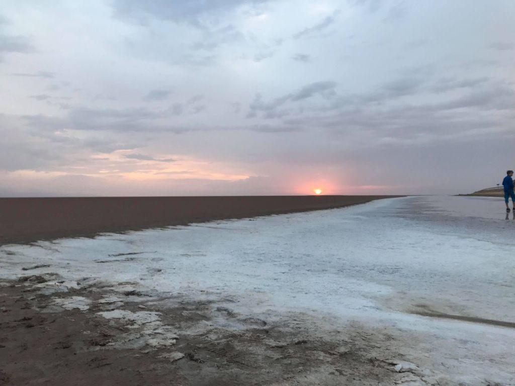Răsărit de soare pe lacul de sare Chott el Djerid
